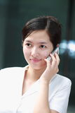 Donna di affari che lavora con il telefono mobile Fotografie Stock Libere da Diritti