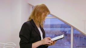 Donna di affari che lavora con la carta del documento in ufficio sul fondo della finestra video d archivio