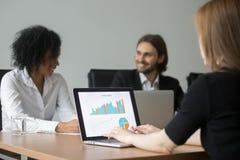 Donna di affari che lavora con le statistiche di progetto che preparano rapporto a immagini stock