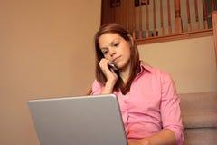 Donna di affari che lavora nel paese sul suo computer portatile Immagini Stock