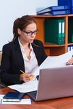 Donna di affari che lavora nell'ufficio Fotografie Stock