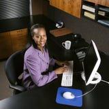 Donna di affari che lavora nell'ufficio. fotografia stock libera da diritti