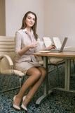 Donna di affari che lavora nell'ufficio e che per mezzo del computer portatile Immagine Stock Libera da Diritti