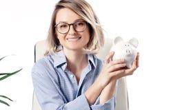 Donna di affari che lavora nell'ufficio Donna che tiene la Banca Piggy fotografie stock