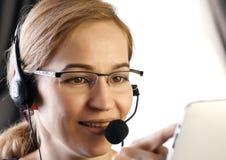 Donna di affari che lavora in una call center proffessional di servizio di assistenza al cliente che parla sulla cuffia avricolar fotografia stock libera da diritti