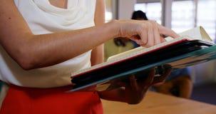 Donna di affari che legge un archivio archivi video