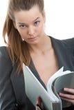 Donna di affari che legge un dispositivo di piegatura immagine stock