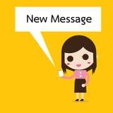 Donna di affari che legge un messaggio di testo Immagini Stock