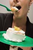 Donna di affari che mangia dolce Fotografia Stock