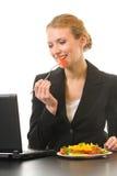 Donna di affari che mangia insalata Fotografia Stock