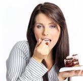 Donna di affari che mangia la torta. Immagine Stock