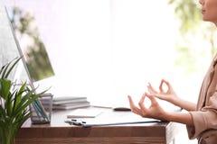 Donna di affari che medita nel luogo di lavoro, primo piano con spazio per testo fotografie stock libere da diritti
