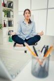 Donna di affari che Meditating Fotografie Stock Libere da Diritti