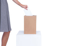 Donna di affari che mette voto in scatola di voto Immagini Stock