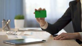 Donna di affari che mostra biglietto da visita con il campo verde, annuncio di servizi bancari stock footage