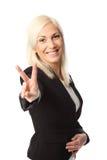 Donna di affari che mostra il segno di pace fotografie stock libere da diritti