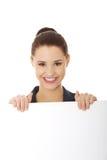 Donna di affari che mostra insegna in bianco Immagine Stock
