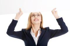 Donna di affari che mostra insegna in bianco Fotografia Stock Libera da Diritti