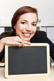 Donna di affari che mostra lavagna Immagine Stock