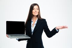 Donna di affari che mostra lo schermo in bianco del computer portatile Immagine Stock