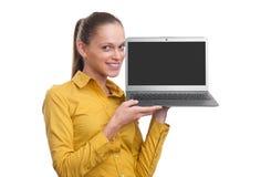 Donna di affari che mostra lo schermo del computer portatile con lo spazio della copia Fotografia Stock Libera da Diritti