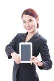 Donna di affari che mostra lo schermo di computer della compressa immagine stock