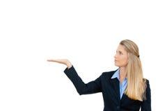 Donna di affari che mostra lo spazio bianco della copia Fotografia Stock