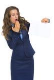 Donna di affari che mostra lo strato della carta in bianco Fotografia Stock Libera da Diritti