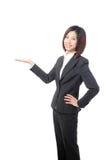 Donna di affari che mostra a mano lo spazio della copia Fotografia Stock