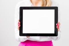 Donna di affari che mostra schermo in bianco del computer della compressa immagini stock