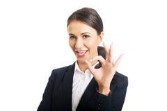 Donna di affari che mostra segno perfetto Fotografia Stock Libera da Diritti
