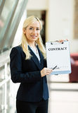 Donna di affari che offre firmare contratto Fotografie Stock