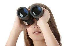 Donna di affari che osserva con binoculare Immagini Stock Libere da Diritti