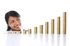 Donna di affari che osserva la sua crescita di investimento Fotografie Stock Libere da Diritti