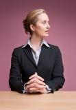 Donna di affari che osserva obliquamente immagini stock libere da diritti