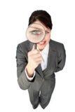 Donna di affari che osserva tramite la lente d'ingrandimento Fotografia Stock Libera da Diritti