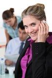 Donna di affari che parla sul suo cellulare Immagini Stock