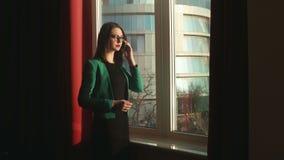 Donna di affari che parla sul telefono video d archivio