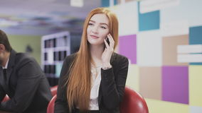 Donna di affari che parla sul telefono all'ufficio archivi video