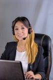 Donna di affari che parla sul telefono mentre lavorando Fotografie Stock