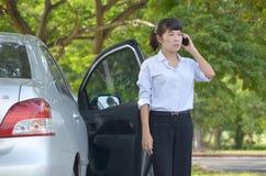 Donna di affari che parla sul telefono mobile Immagini Stock Libere da Diritti