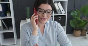 Donna di affari che parla sul telefono mobile stock footage