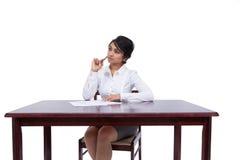 Donna di affari che pensa al suo scrittorio Fotografie Stock
