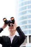 Donna di affari che per mezzo del binocolo Immagine Stock Libera da Diritti