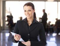 Donna di affari che per mezzo del calcolatore del ridurre in pani Fotografia Stock