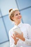 Donna di affari che per mezzo del calcolatore del ridurre in pani Immagine Stock