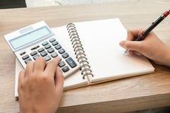 Donna di affari che per mezzo del calcolatore per i dati calcolatori Fotografie Stock