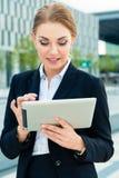 Donna di affari che per mezzo del computer della compressa Immagini Stock
