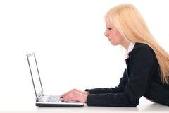 Donna di affari che per mezzo del computer portatile Fotografie Stock Libere da Diritti