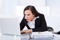 Donna di affari che per mezzo del computer portatile Immagine Stock Libera da Diritti